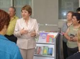 Asociaciones locales y hogares de mayores serán los beneficiarios del nuevo bibliomóvil con el que cuenta la biblioteca municipal